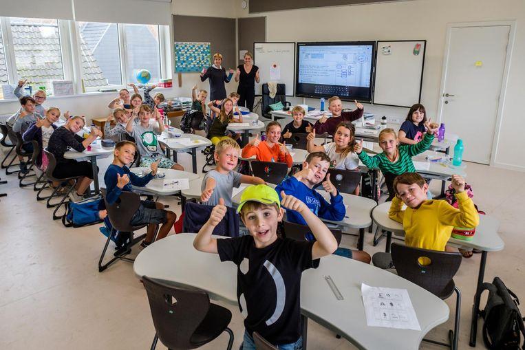 De kinderen van de Sint-Lutgardisschool in een van de nieuwe klaslokalen.