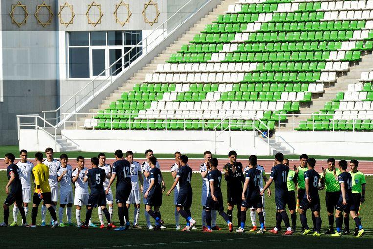 Op 19 april begon Turkmenistan de binnenlandse voetbalcompetitie weer met de wedstrijd Altyn Asyr-Kopetdag. Er kwamen zo'n driehonderd toeschouwers op af. Beeld AFP