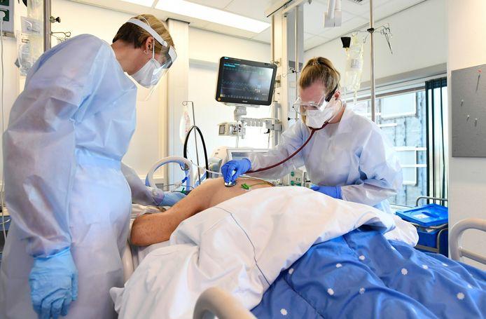 Foto ter illustratie: een coronapatiënt op de intensive care in het Maastricht UMC+.