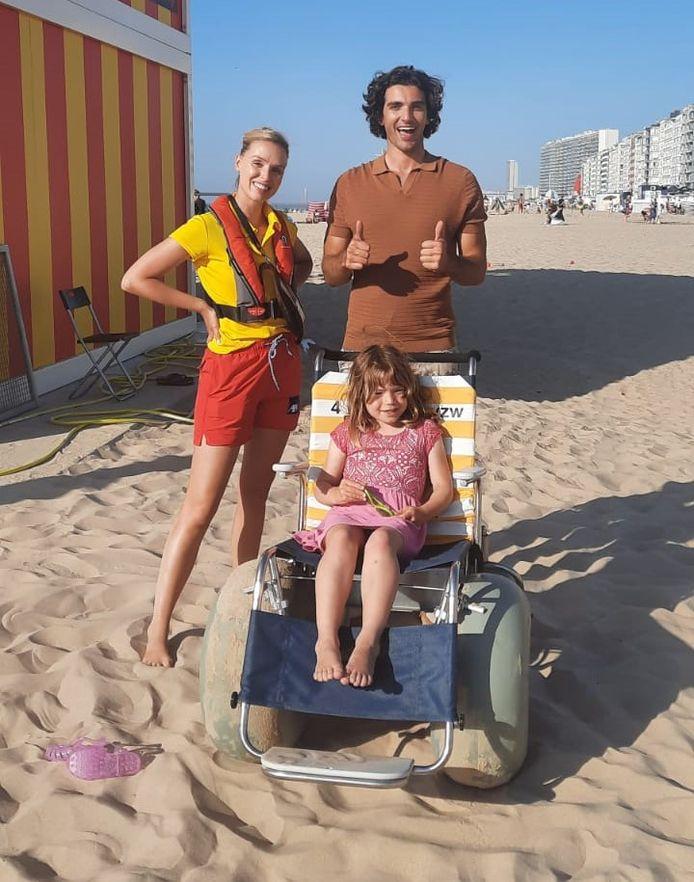 Acteurs Charlotte Goyvaerts en Silvio Migliore bij een van de strandrolstoelen.