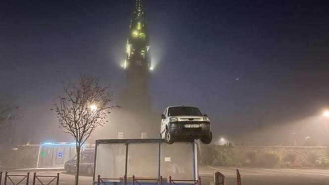 Mysterie opgelost in Frankrijk: zo kwam bestelwagen op een bushokje terecht