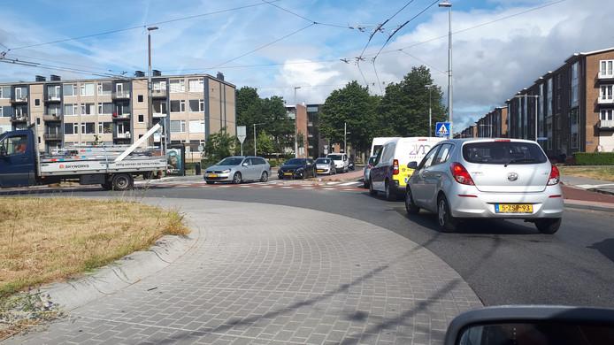 De file op de Huissensestraat in Arnhem, die maandagochtend dik tweeënhalf uur duurde.