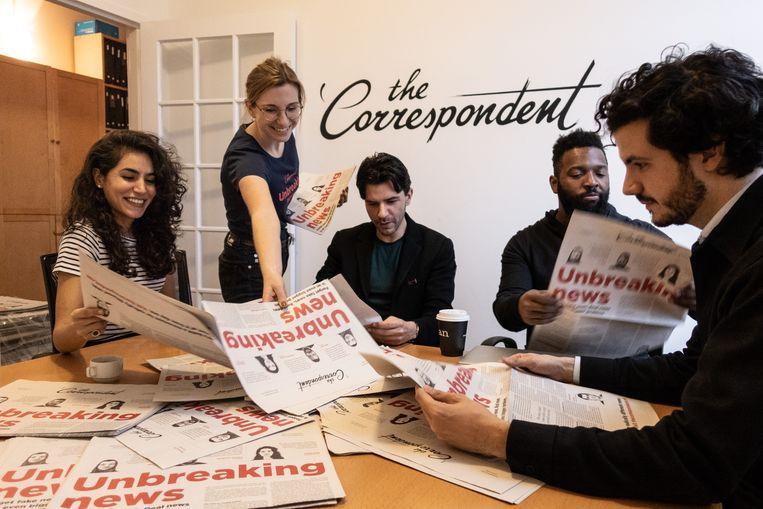 Het team van The Correspondent met in het midden Rob Wijnberg.  Beeld rv The Correspondent