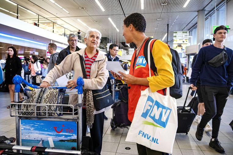 Het grondpersoneel van KLM legde vorige maand het werk korte tijd neer en FNV'ers lichten reizigers in. Beeld ANP