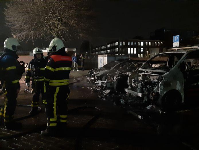 De brandweer had de brand snel onder controle. Van de Tesla's en het busje is niets meer heel.