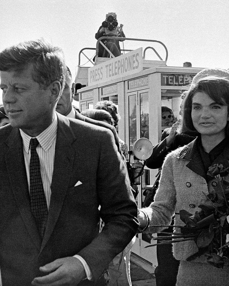 President John F. Kennedy met zijn vrouw Jackie. Beeld AP