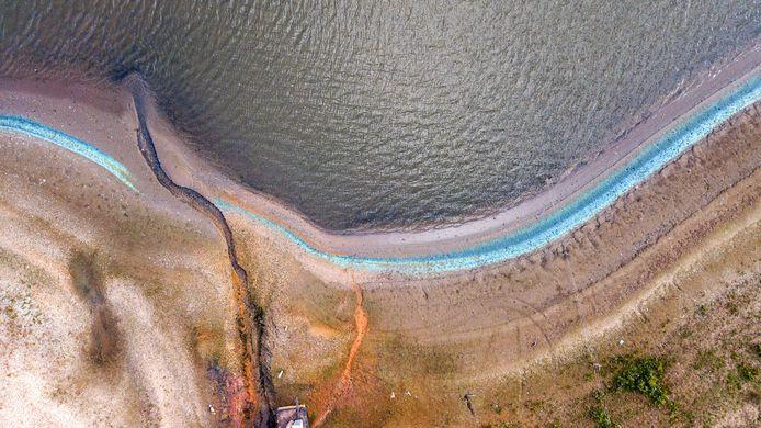 De oever van de Kaliwaal in oktober. De band bleek afstervende blauwalg te zijn. Er ontstond de nodige onrust onder omwonenden.