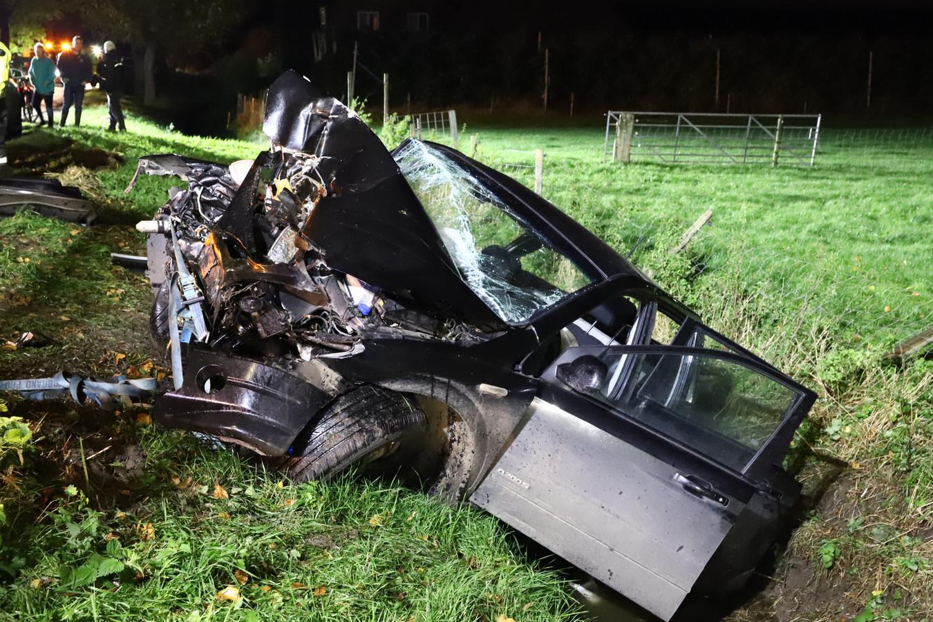 De auto raakte een boom bij Deil en kwam in de sloot terecht. Vier inzittenden raakten gewond.