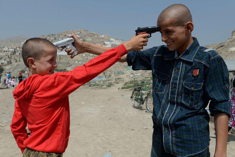 Ondanks de burgeroorlog en de opmars van de taliban heeft fotograaf Shah Marai zijn thuisland Afghanistan nooit verlaten. Maandag werd hij het slachtoffer van een dubbele zelfmoordaanslag in Kaboel. Daarbij kwamen in totaal 25 mensen om het leven, negen van hen waren journalisten. Hij werd 41. Bij wijze van hommage: een selectie uit zijn werk. Twee kinderen met speelgoedgeweren (2013). Beeld AFP - Shah Marai