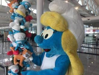 Drukke paasvakantie op Brussels Airport: Smurfen staan wachtende reizigers bij
