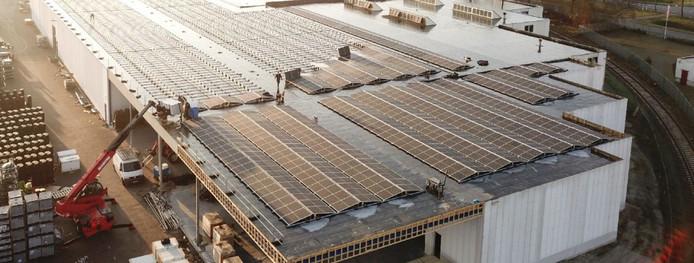 Liefst 1660 zonnepanelen liggen er nu op het dak van Pentas Moulding B.V. in Almelo.