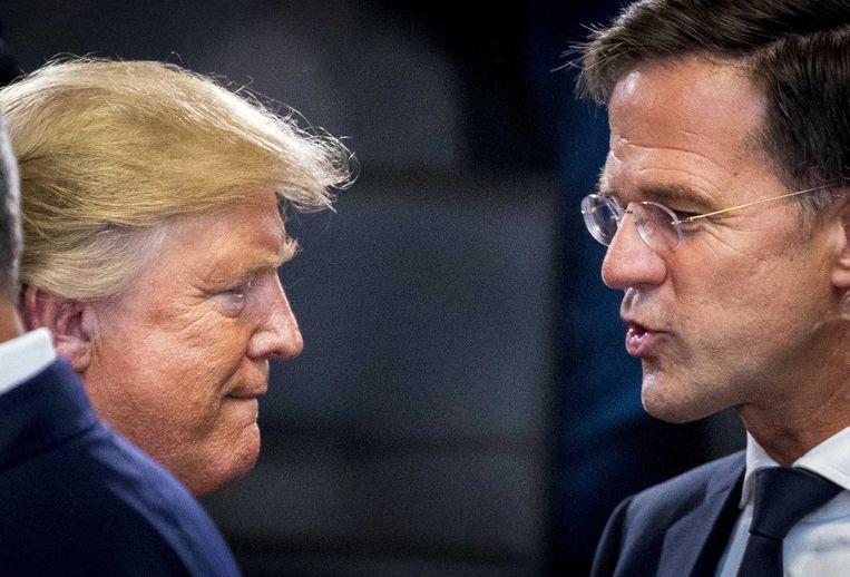 De Amerikaanse president Donald Trump in gesprek met de Nederlandse premier Mark Rutte.