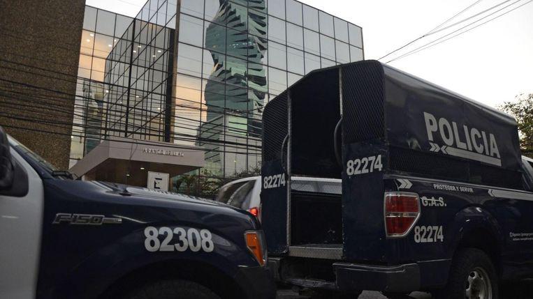 Politiebusjes staan voor het kantoor van Mossack Fonseca in Panama. Archieffoto.