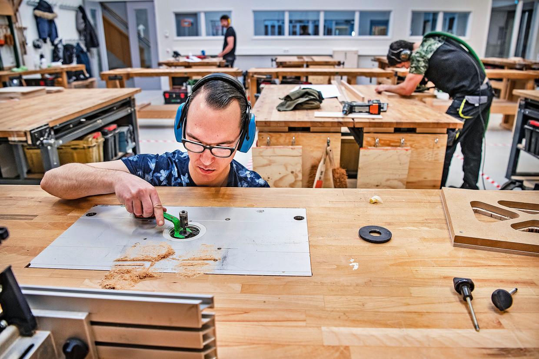 Arthur De Lorenzo werkt aan zijn examenstuk op het Hout- en Meubileringscollege in Rotterdam.  Beeld Guus Dubbelman / de Volkskrant