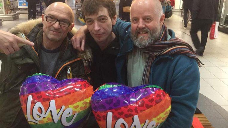 De Russische homoactivist en kunstenaar Demi Demirov (midden) bij zijn aankomst op Schiphol. Beeld Facebook