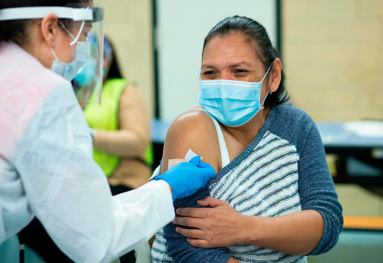 Une femme recevant le vaccin Moderna dans le Bronx, le 10 janvier.