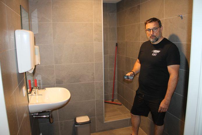 Kurt Vandevoorde van Snap Fitness in Ingelmunster met een CO2-meter in de hand.