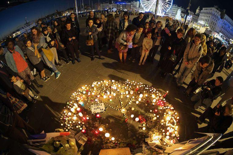 Een herdenking van de aanslagen in Parijs in Marseille, zondagavond. Beeld afp