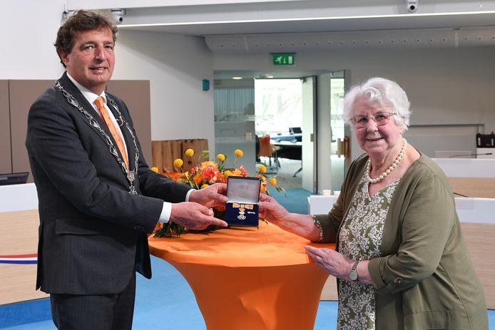 Burgemeester Verhulst en Diny Westerwaal.