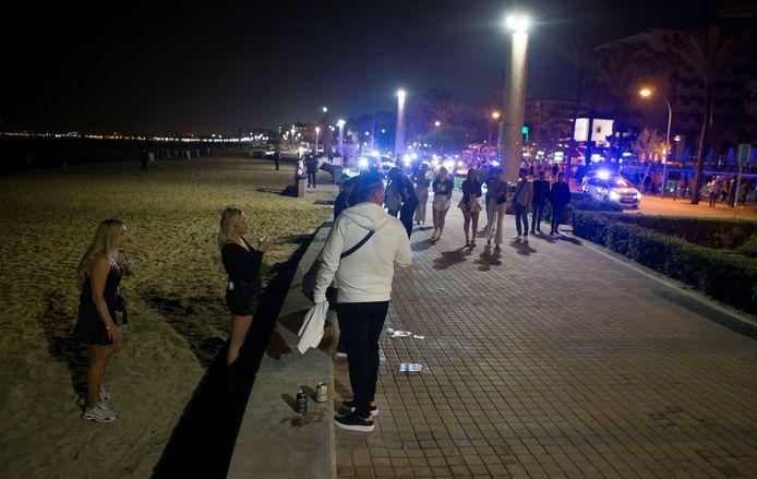 Op de boulevard van Mallorca is het een drukte van belang, nu het nachtleven weer gedeeltelijk geopend is.