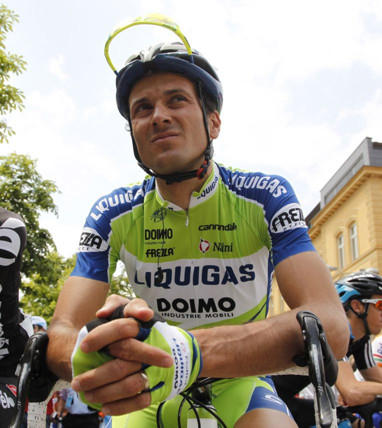 Ivan Basso neemt de roze leiderstrui over van de Spanjaard David Arroyo. Beeld UNKNOWN