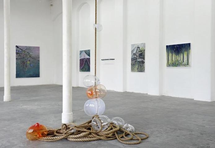 Objecten van Marinke van Zandwijk en schilderijen van Hugo Tielemans in de Cacaofabriek in Helmond. foto Jean Pierre Reijnen