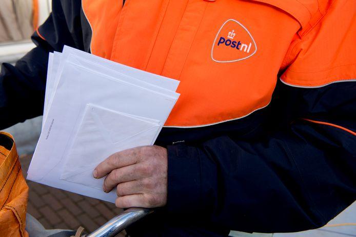 PostNL stelt dat de postvolumes zo hard dalen dat het  in Nederland niet langer levensvatbaar is om meerdere postbedrijven met elkaar te laten concurreren.