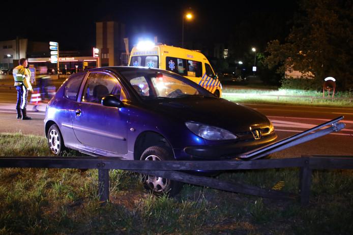 De beschadigde auto op de Lijnweg (N233) in Rhenen na het ongeluk.