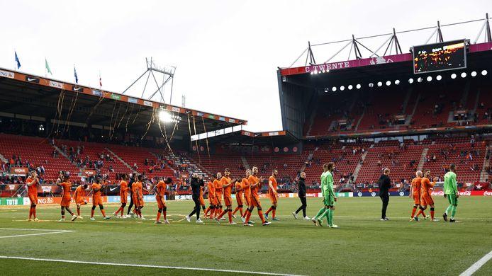 De spelers van Oranje lopen bij de uitzwaaironde door het stadion.