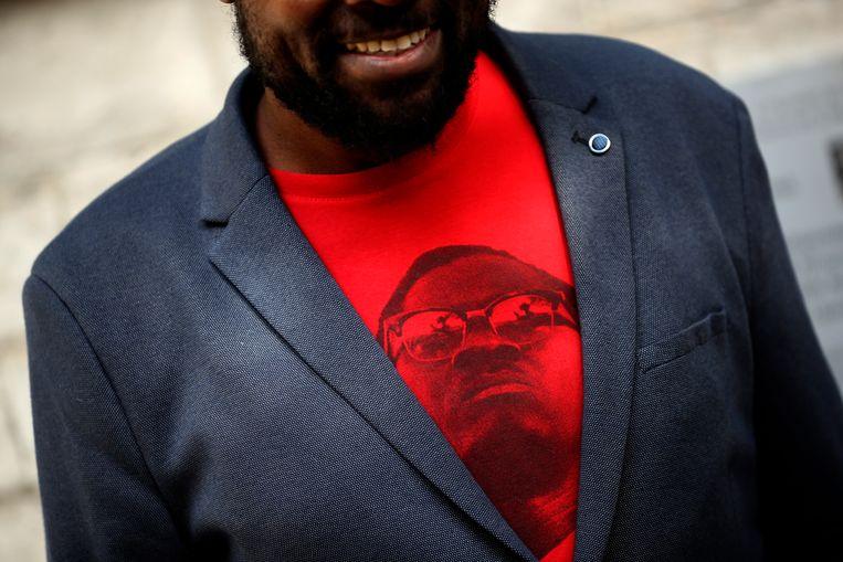 De Congolees-Belgische artiest Pitcho draagt een T-shirt met Patrice Lumumba op de verjaardag van de Congolese onafhankelijkheid.  Beeld AP