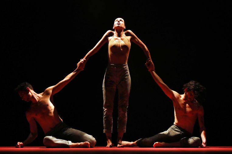 Qutb van choreograaf Sidi Larbi Cherkaoui, het tweede deel van vierluik The Battle door Introdans. Beeld Hans Gerritsen