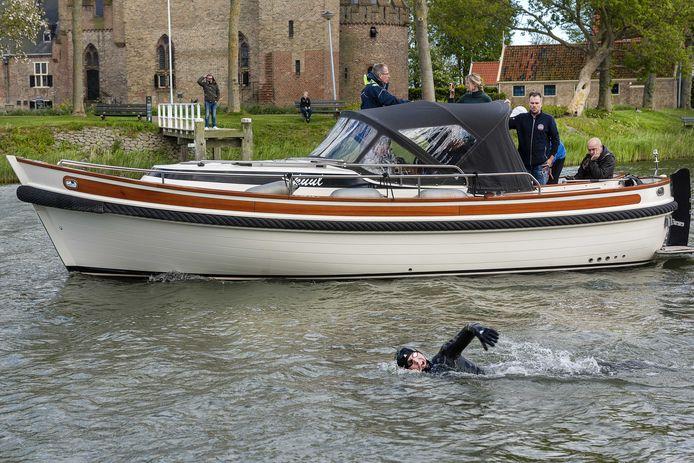 Maarten van der Weijden oefent voor de Elfstedentocht door het IJsselmeer over te zwemmen.