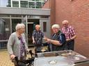 Tonny van der Heijden, Ciska van den Besselaar, Jan van de Pol en Martha van der Pol bij de barbecue.
