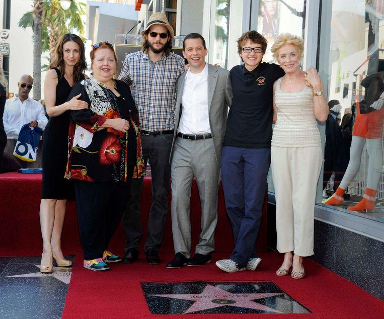 Concahata Ferrell (tweede van links) met medespelers Marin Hinkle, Ashton Kutcher, Angus T. Jones en Holland Taylor. Beeld REUTERS