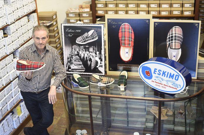 Zaakvoerder Eric De Meyer toont de prototypes van de Eskimo-pantoffels in zijn winkel.