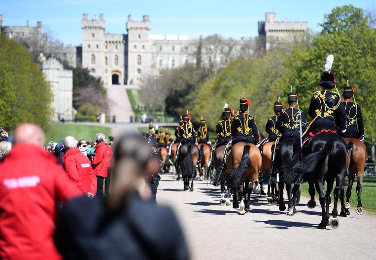 The Kings Troop Royal Horse Artillery arriveert op de Long Walk naar Windsor Castle. Beeld EPA