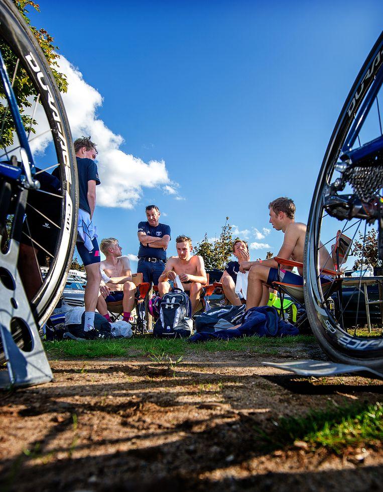 Ploegleider Michel Cornelisse (m) evalueert meteen de etappe van Olympia's Tour. 'Fouten maken mag, in dit stadium.' Beeld Klaas Jan van der Weij