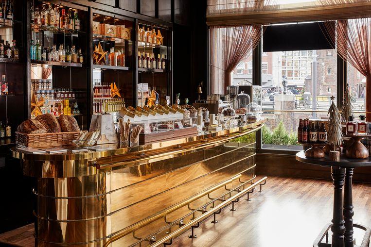 Freddy's Bar is tijdelijk veranderd in een kerstdelicatessenzaak genaamd Freddy's Winter Deli. Beeld