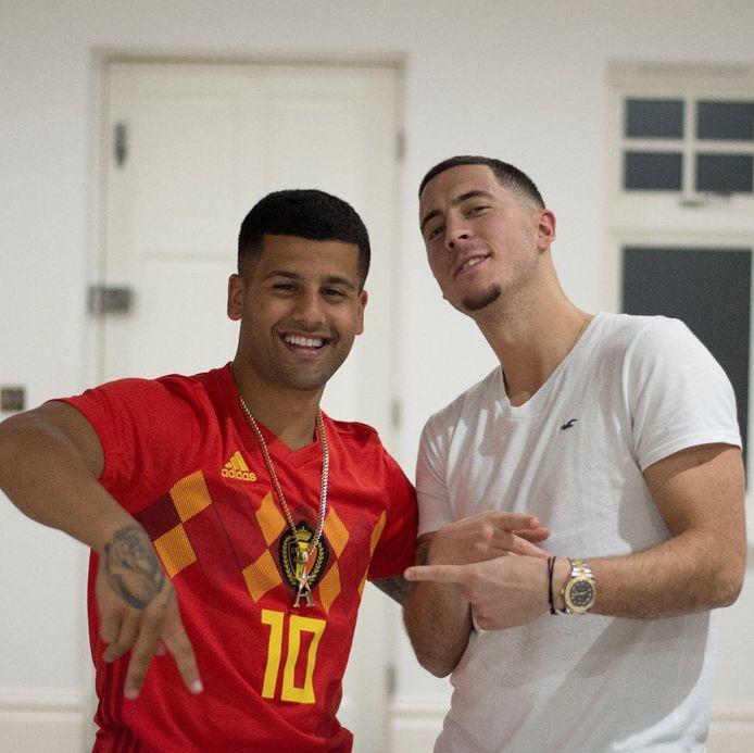 Ahmed, hier in het Duivelstruitje van Hazard, rekent Eden tot zijn kameraden. Hazard, die zaterdag een nieuwe snit showde, liet hem zelfs twee keer overvliegen naar het WK in Rusland.