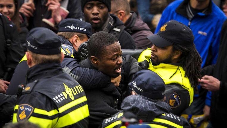 Activist Jerry Afriyie wordt gearresteerd tijdens de Sinterklaasoptocht in Gouda Beeld anp
