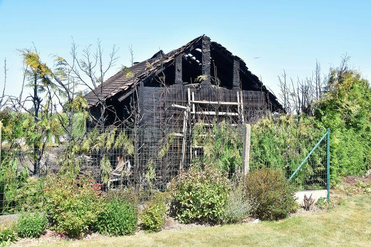 Het vrij grote, houten gebouw ging helemaal in vlammen op.