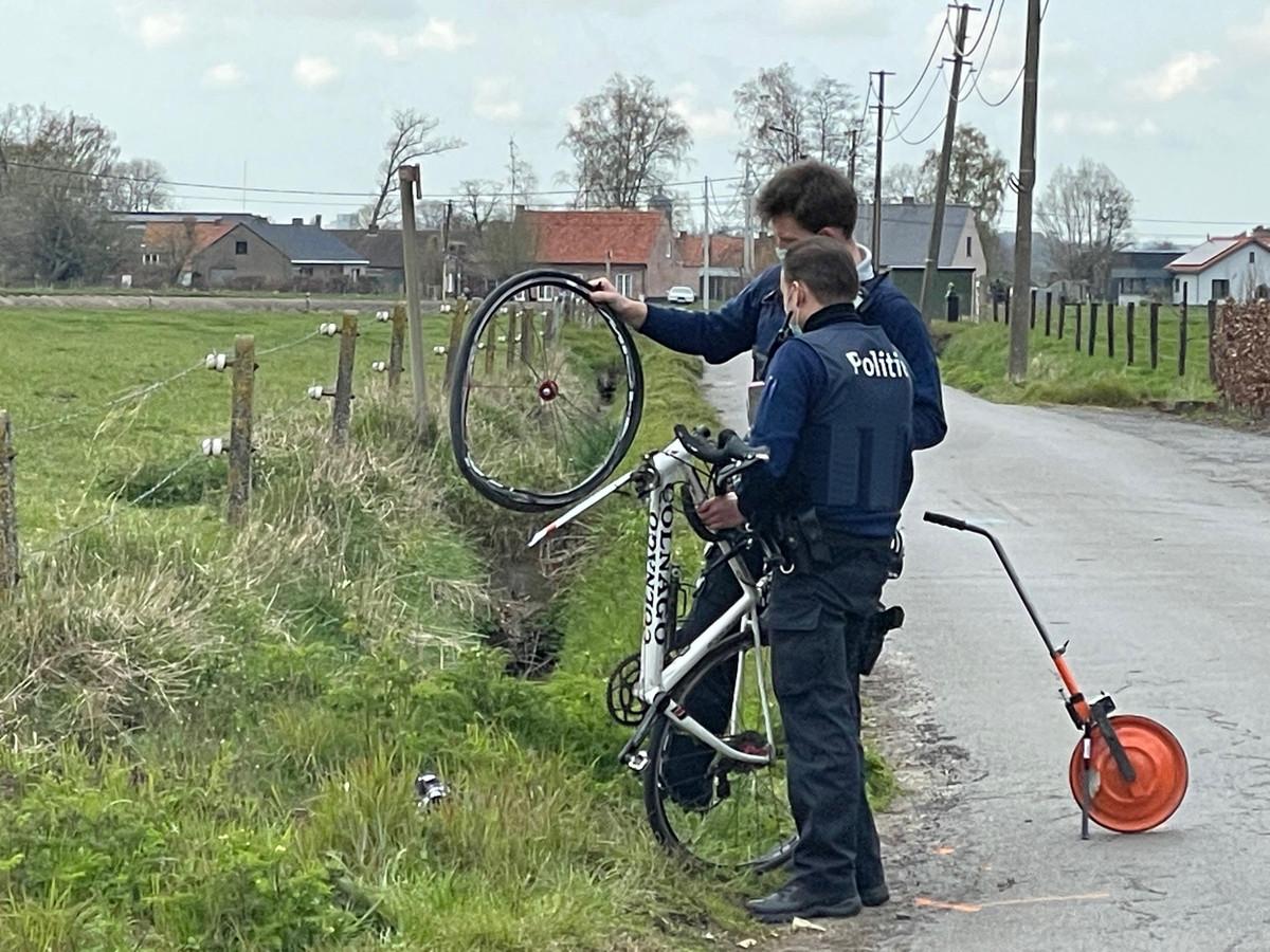 Agenten onderzoeken de schade aan de Colnago-koersfiets in Lichtervelde.