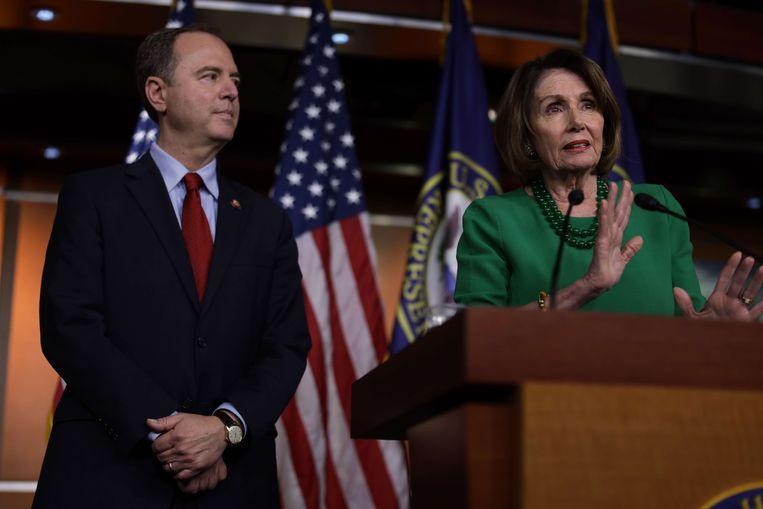 Nancy Pelosi, leider van de Democraten in het Huis van Afgevaardigden, geeft een persconferentie, geflankeerd door Adam Schiff, de voorzitter van de inlichtingencommissie van het Huis. Beeld AFP