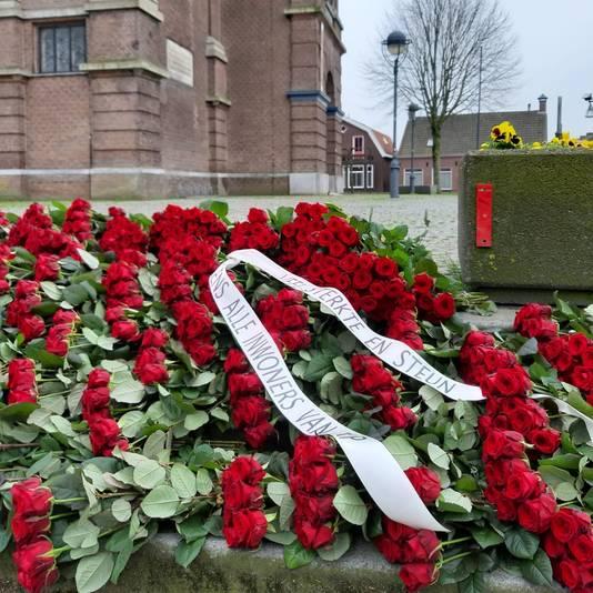 Op de trappen van de kerk in Erp liggen meer dan duizen rozen ter nagedachtenis aan de corona-slachtoffers.