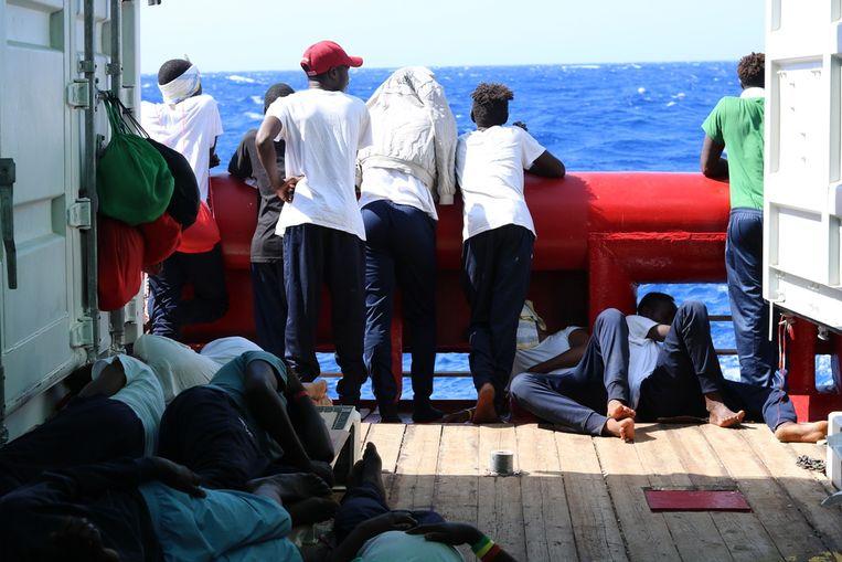 Migranten aan boord van de Ocean Viking.  Beeld EPA