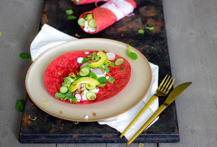 Rode bietenwraps met linzen en cottage cheese.