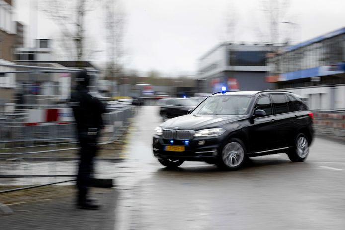 Een beveiligd transport arriveert bij de Bunker in Amsterdam Osdorp.