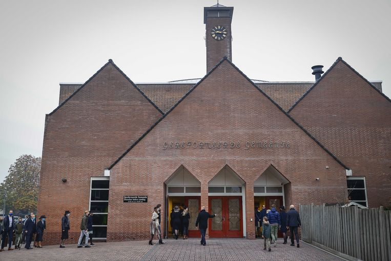 Oktober 2018: kerkgangers komen aan bij de Rehobothkerk voor de wekelijkse kerkdienst. De Gereformeerde Gemeente Barneveld-Centrum liet meer dan 30 bezoekers per dienst toe.  Beeld ANP