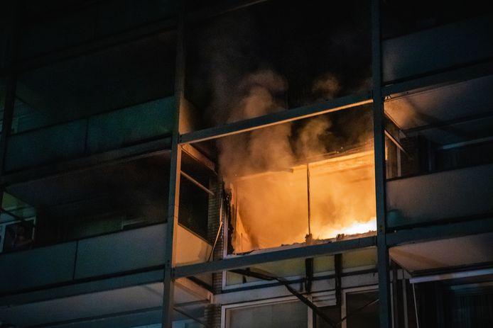 De brand brak uit in een woning op de derde etage van het appartementencomplex aan de Prinses Annalaan