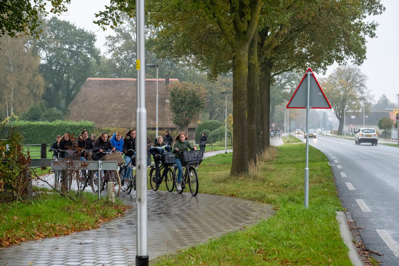 Het vernieuwde fietspad langs de Heerderweg is te smal en te bochtig. Daardoor is het ongeschikt voor de grote snelheidsverschillen die in de toekomst worden verwacht tussen fietsers. Dus denkt wethouder Robert Scholten dat het gloednieuwe pad opnieuw op de schop moet.